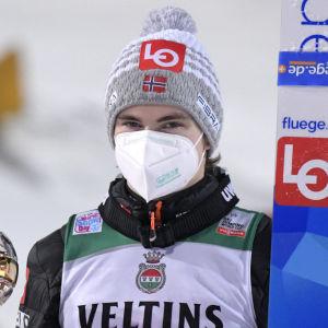 Marius Lindvik poserar.