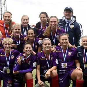 Åland United poserar efter cupguldet 2020.
