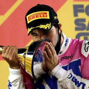 Sergio Perez kysser pokal efter seger.