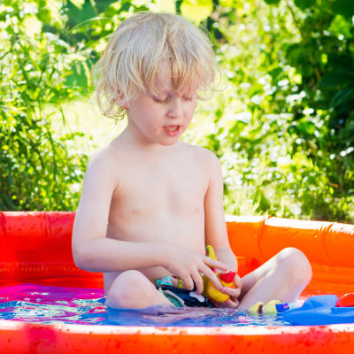 Barn leker i en uppblåsbar simbassäng.
