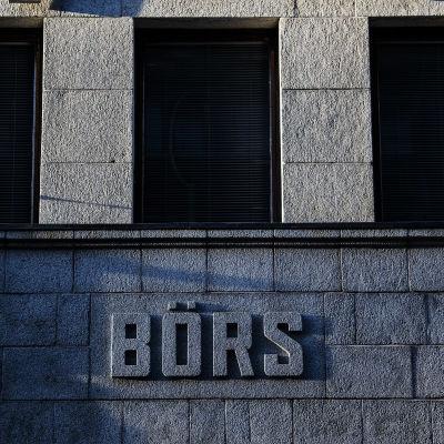 """Pörssitalon seinässä lukee """"Börs"""" ja Nasdaq."""