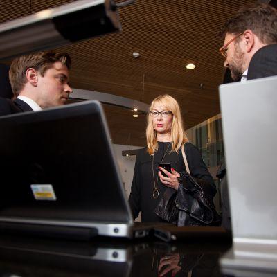 Stora utskottets andra viceordförande Tytti Tuppurainen läser en intervju med finansminister Alexander Stubb om de nya villkoren för Grekland.