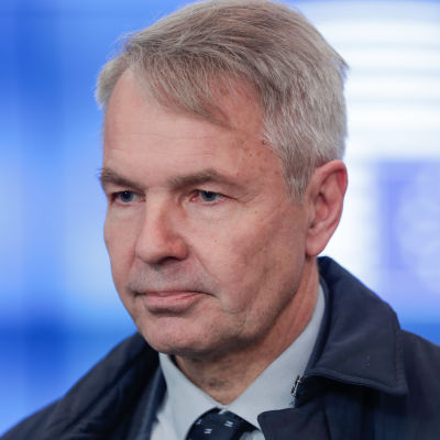 Pekka Haavisto, i bakgrunden EU:s flagga