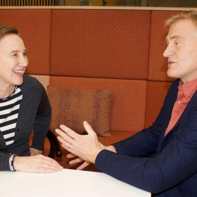 Paula Salovaara diskuterar med Henrik Meinander i radioprogrammet Paula möter.