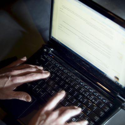 Man skriver på diskussionsspalt på nätet.