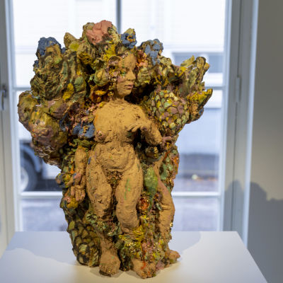 keramikskulptur som föreställer kvinna.