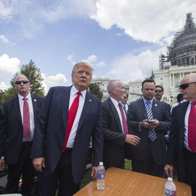 Tea Party-rörelsen med Donald Trump i spetsen demonstrerade mot kärnavtalet med Iran.
