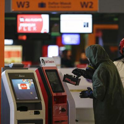 En grupp som undersöker farliga ämnen inspekterar incheckningsautomater vid Kuala Lumpurs flygplats den 26 februari 2017. Kim Jong-nam mördades på flygplatsen den 13 februari 2017.