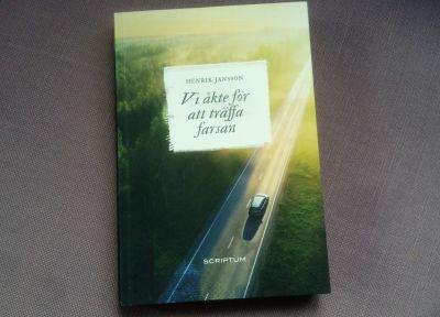 """Pärmen till Henrik Janssons roman """"Vi åkte för att träffa farsan""""."""
