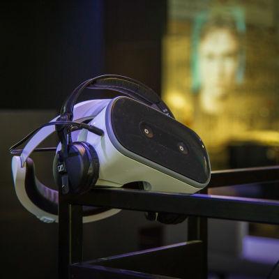 FAME musiikkimuseon näyttelytiloissa virtuaalitodellisuuslasit.