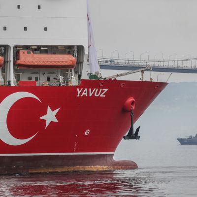 Turkkilainen porauslaiva Yavuz merellä.