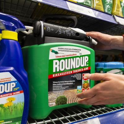 Roundup-förpackningar i en butikshylla.