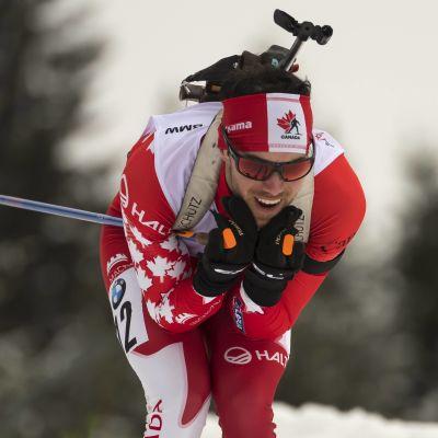 Kanadensaren Nathan Smith i skidspåret i Hochfilzen.
