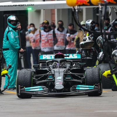 Lewis Hamilton besöker depån.
