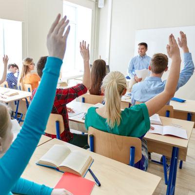Elever markerar i en skolklass.