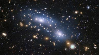 Galaxer från det tidiga universum, på en bild tagen av rymdteleskopet Hubble.