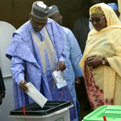 Nigerias sittande president Muhammadu Buhari och hans hustru Aisha Buhari var bland de första väljarna i deras vallokal i Buharis födelsestad Daura i delstaten Katsina, norra Nigeria.