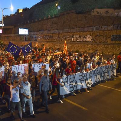 Mielenosoituskulkue kadulla