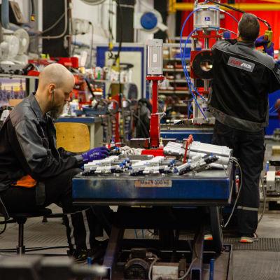 Asentajat työssään Lappeenrannan Flowroxin tehtaalla.