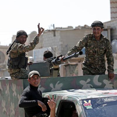 Kurdiska styrkor jublar efter att ha intagit Raqqa, Syrien.