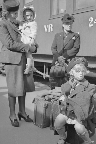 Perhe matkustaa maaseudulle juuri ennen jatkosodan syttymistä (20.6.1941).