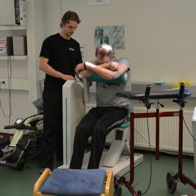 Patient tränar tillsammans med en fysioterapeut.