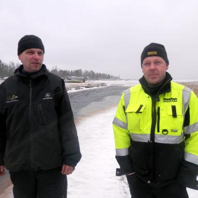 Anders Kronholm och Kenneth Nygård vid Vallbäckens utlopp i Fäbodaviken
