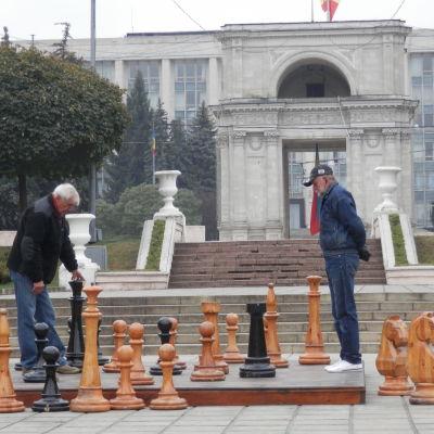Män som spelar schack i Moldavien