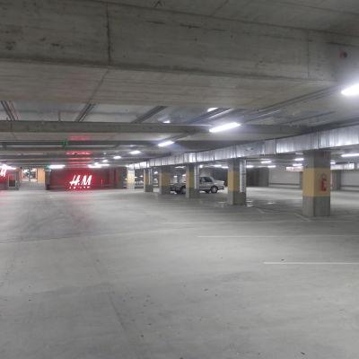 Den underjordiska parkeringen i Jakobstad gapar tom