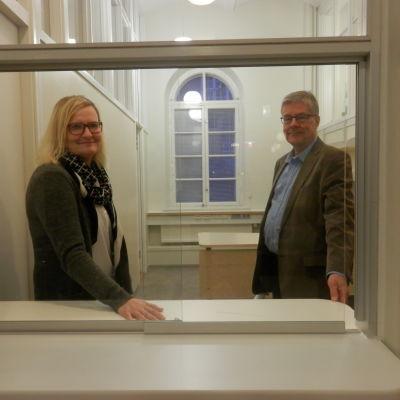 Stadssekreterare Milla Kallioinen och tekniske direktören Rune Hagström i Jakobstad vid Front Office luckan