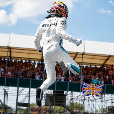 Lewis Hamilton hoppar av glädje.