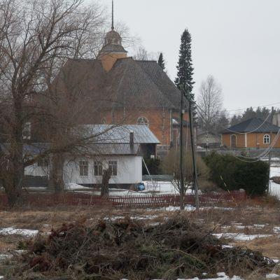 Esse kyrka sedd från församlingshemmets tomt