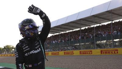 Lewis Hamilton var snabbast i tidskvalet på Silverstone.