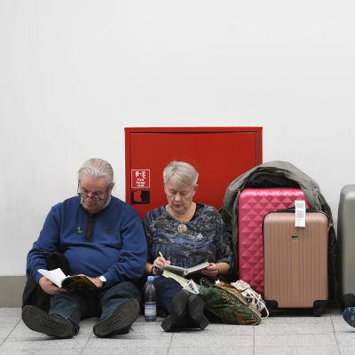 Strandade resenärer på Gatwicks flygplats den 21 december 2018.