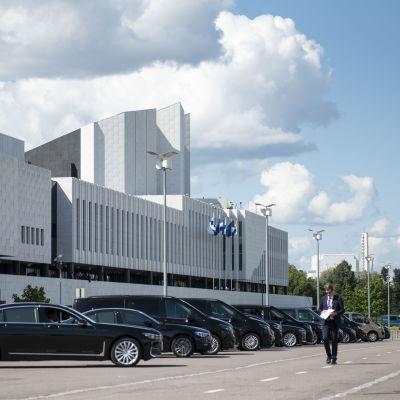Autoja parkkeerattuna finlandia talon eteen eu-huippukokouksessa