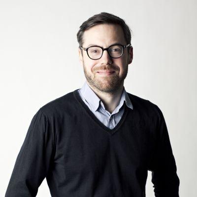 Porträttbild på Niklas Bremberg, foskare på Utrikespolitiska Institutet i Sverige.