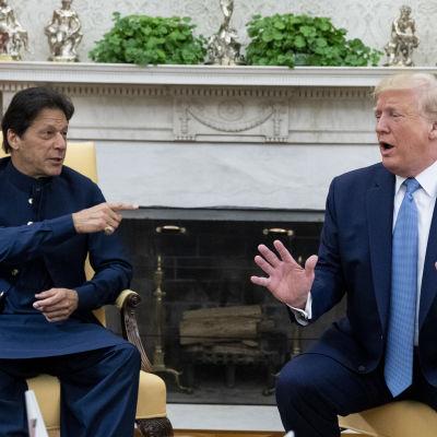 Donald Trump i Ovala rummet till höger, med gästen Imran Khan med pekfingret uppsträckt.