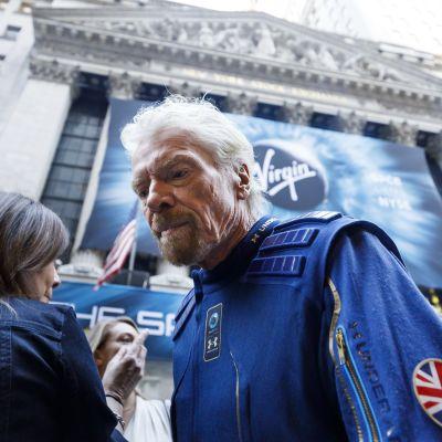 Richard Branson nosti avaruuskilvan panoksia. Liikemies kuvattuna New Yorkin pörssin edustalla lokakuussa 2019, kun hänen avaruusyhtiönsä listautui pörssiin.
