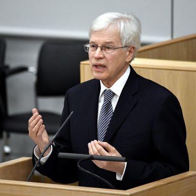 Bengt Holmström talar i riksdagen.
