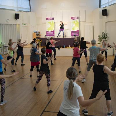Tanssikoulu Happy Dancen tanssitunti