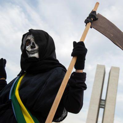 En demonstrant utklädd till döden som demonstrerar mot Brasiliens president Jair Bolsonaro