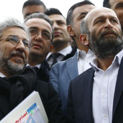 Journalisterna Can Dündar (t.v.) och Erdem Gül (t.h.) anländer till domstolen i Istanbul på fredagen 25.3.2016