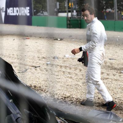 Fernando Alonso efter att ha kraschat i Australiens GP.