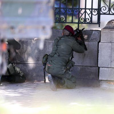 tunisiska soldater utanför museet i Tunis som anfölls av terrorister.