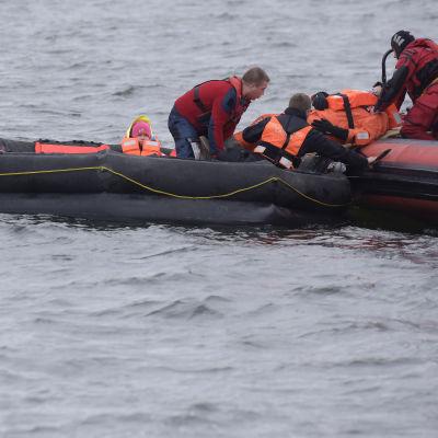 Personer räddas från havet under storolycksövningen Sommarö i Vasa.