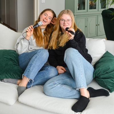 Två flickor i en soffa.