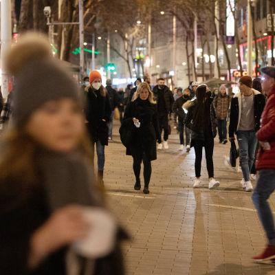 Människor går på en gata i Wien.