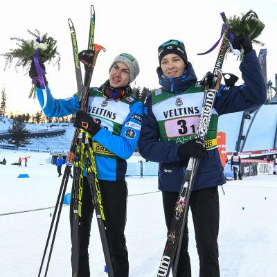 Ilkka Herola och Eero Hirvonen med blommor i händerna