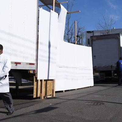 Fryslångtradare används som tillfälliga bårhus utanför sjukhus i New York.