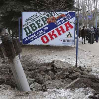 Raket som slagit ner i staden Kramatorsk i Ukraina.